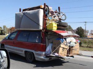 zwaar beladen auto